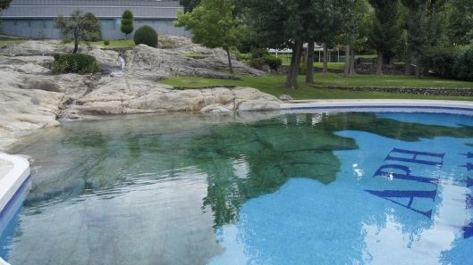 Le rocher descend dans la piscine de l'hôtel