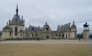 Château Chantilly Vue de l'esplanade d'entrée