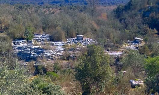 Visible de la route communale deux dolmens
